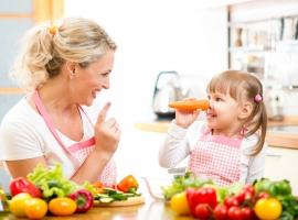 З якого віку можна вчити дитину готувати їжу?