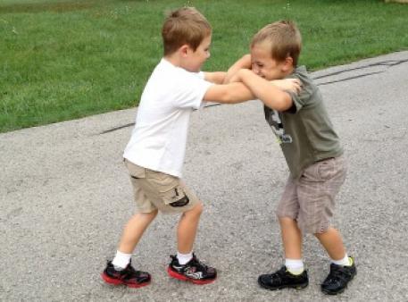 Що робити, якщо дитина б'ється із друзями