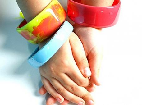 Яскраві саморобні браслети із пластику