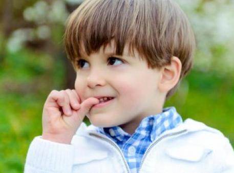 Як відучити дитину гризти нігті