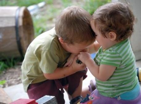Як відучити дитину кусатись і щипатись