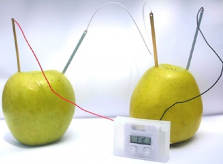 Яблучний годинник на фруктовій батарейці