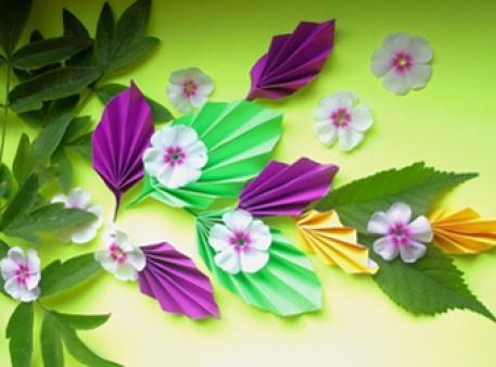 Композиція з листочками із кольорового паперу