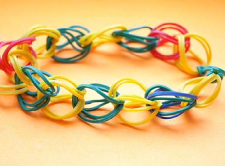 Плетіння із резинок: найпростіша схема для дітей