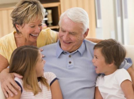 Емоційний зв'язок бабусь і дідусів із дітьми