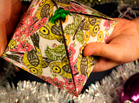 Саморобна коробка з подарунком у формі піраміди