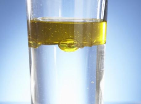 Олія і вода – вічні «вороги»: вивчаємо властивості рідин