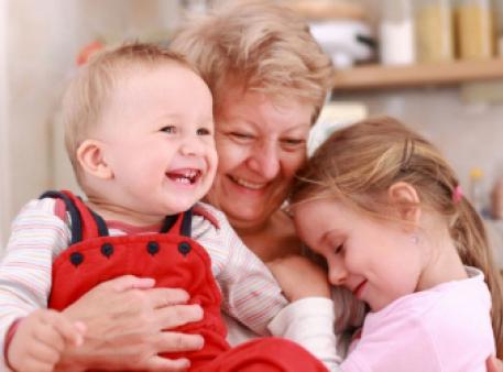 Родичі у вихованні дітей: «за» і «проти»