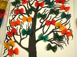 Намальоване дерево з яскравими бантиками