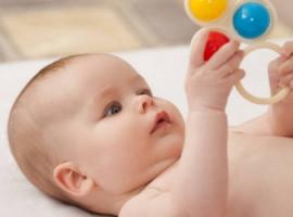 Забави для найменших: як вибрати дитячі брязкальця