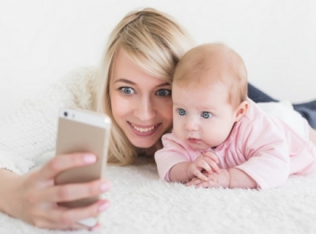 Батьки в смартфоні та інших гаджетах: вплив на дітей