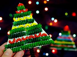 Ялинка з яскравих макаронів: зимова творчість