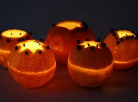 Апельсинові абажури зі свічками всередині
