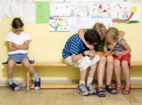 Як зарадити дитині, яку відштовхнули однолітки