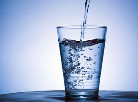 Як перевернути повну склянку, не розливши воду